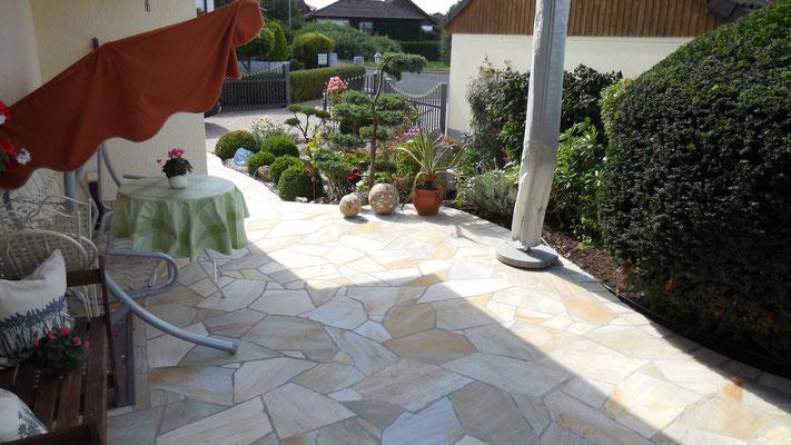 Natursteinterrasse mit individueller Gartengestaltung