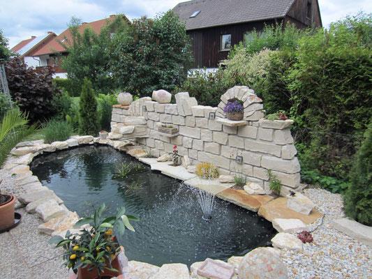 Gartenteichanlage mit Naturstein - Bepflanzte Sichtschutzmauer
