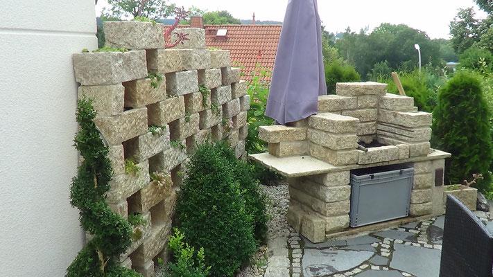 Sichtschutzmauer mit Natursteingrill