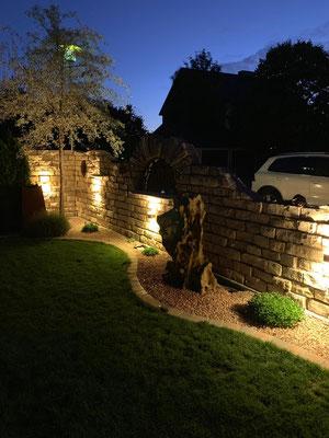 Natursteinmauer mit individueller Beleuchtung