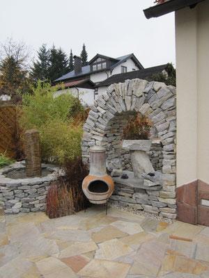 Natursteinterrasse mit Steinbogen