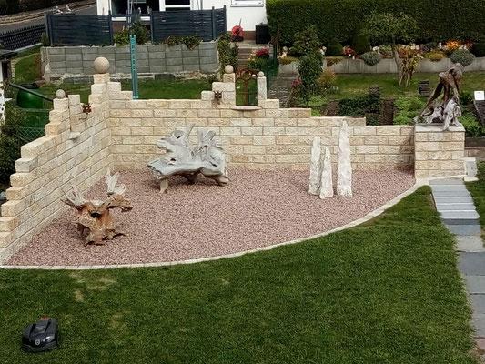 Natursteinmauer / Kreative Gartengestaltung / Teakholzschnitzereien