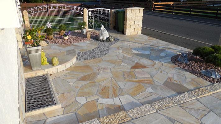 Vorgarten mit Polygonalverlegung - Indiviuelle Gartengestaltung