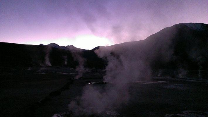 bei Sonnenaufgang auf 4300m bei den Geisiren...heisse sache????