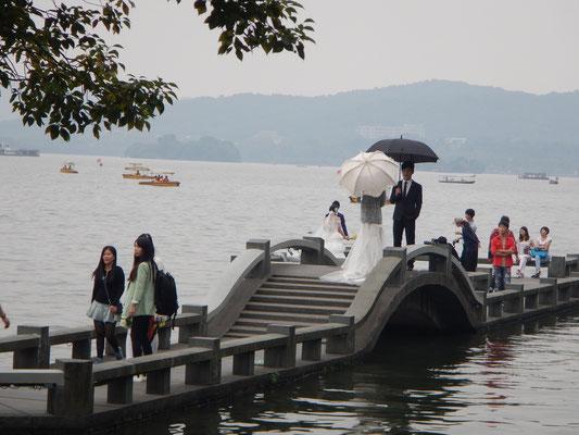 Stopps werden nur gemacht, um romantisch-kitschige Hochzeiten anzuschauen...