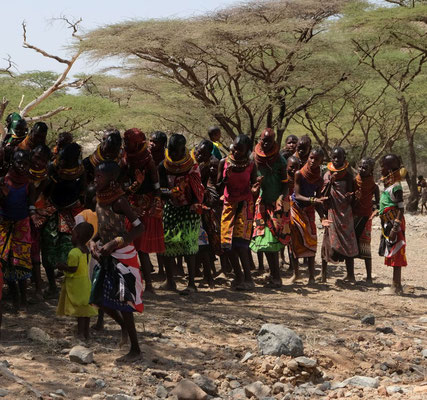 das kleine Dorf Parakati empfängt den Gouvaneur von Turkana und probt ein Begrüßungstanz
