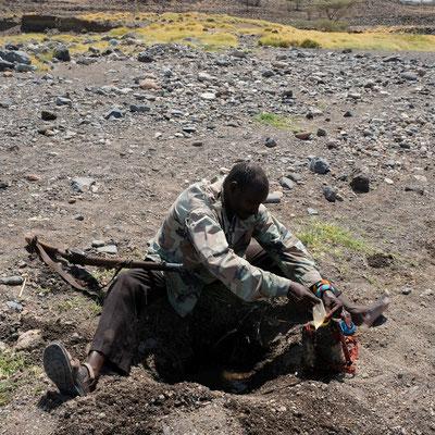 unser Guide 8eigentlich ein Lehhrer in Parakati) hat nicht genug Wasser mit aber weiß wo er es bekommen kann