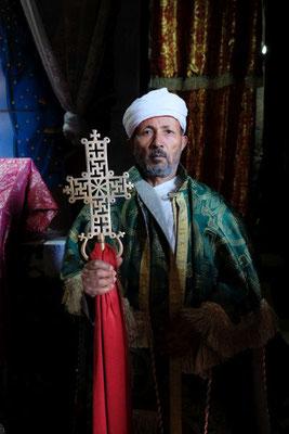 Sonntags zeigt der Priester das heilige Kreutz - in jeder Kirche gibt es ein anderes zu sehen