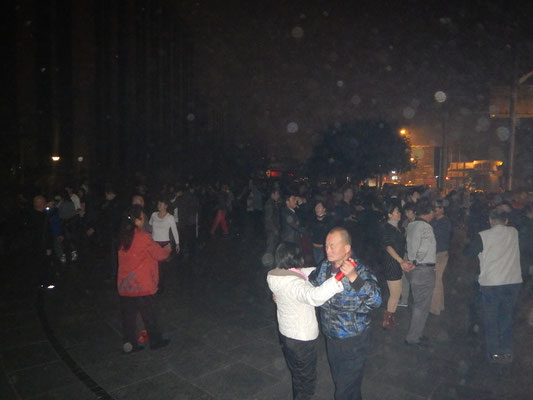 Chinesen sind ein komisches Voelkchen: Sie tanzen abends ueberall als ob es kein Morgen gibt...