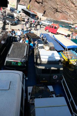Autofähre am Koman -Stausee;  das Einparken der Autos war schon ein Abenteuer...