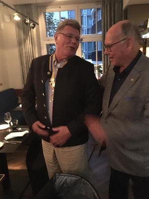 Gerhard Resch übergibt die Präsidentenkette an F. Zanella