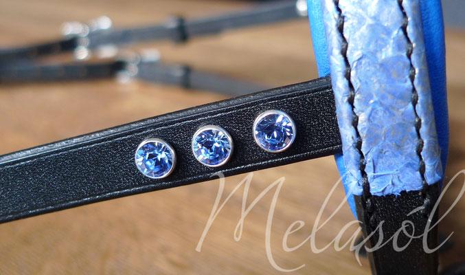 Trense Prestige, Leder: schwarz, Fischleder: Iceblue I, Swarovski: light sapphire, Polster: california blue