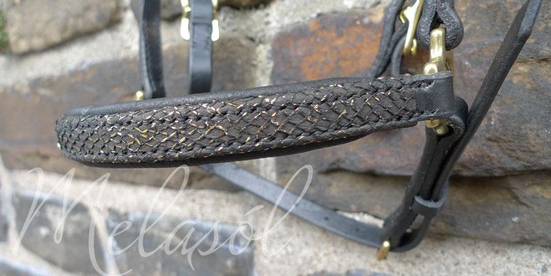 Trense Ísland, Leder: schwarz, Fischleder: schwarz gold Schuppe, Polster: schwarz, Swarovski: light sapphire