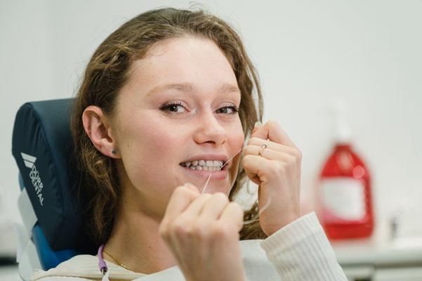 Mädchen mit Zahnseide