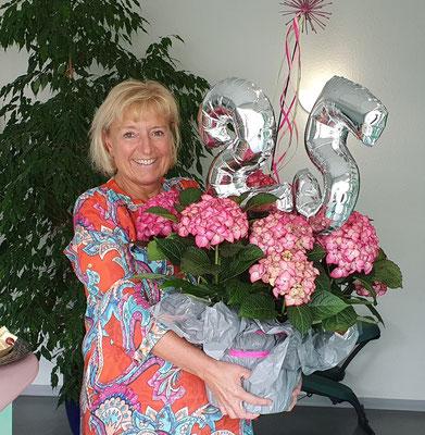 Frau Iris Scheele mit Blumenstrauß