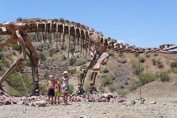 Une maquette de dinosaure à l'entrée du parc !