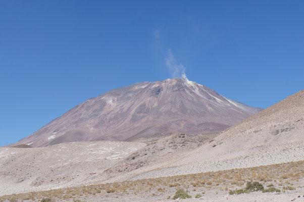 Le volcan Ollague, fumant, qui marque la frontière