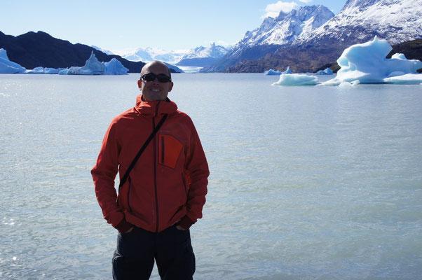 Devant le lac Grey et son glaciertout au fond ...