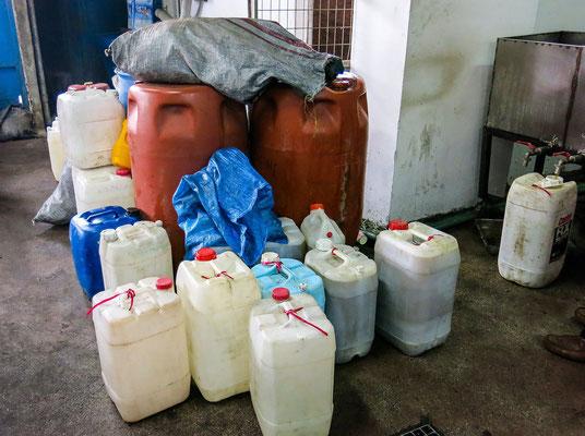 Öl wird in die mitgebrachten Kanister abgefüllt.