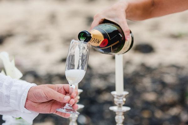 Hochzeitsgeschenk, Champagner, Kerzen, Kerzenschein, anstoßen, Hochzeitsfeier Fotograf, Hochzeitsparty Fotograf