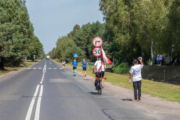 Magda Reinhardt wird von Läufern des Klub Endorfina begleitet