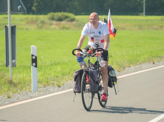 Martin Lesny ist als Begleiter auf dem Fahrrad eingeteilt