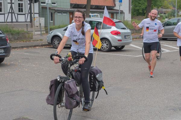 Ania Olszewska startet mit dem Begleitfahhrad