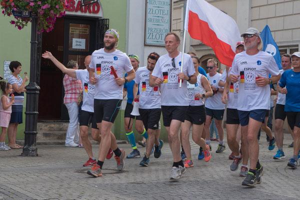 Immer mehr Läufer aus Piotrków begeleiten das ESPIOT-Team zum Ziel