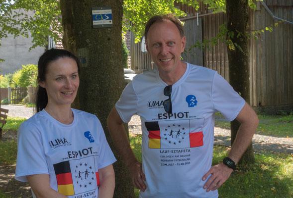 Magda Reinhardt und Andreas Weiner genießen die Wartezeit im Schatten