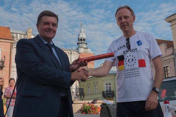Vizepräsident Andrzej Kacperek nimmt den Staffelstab entgegen