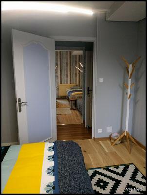 la chambre côté rue vue depuis la chambre côté jardin