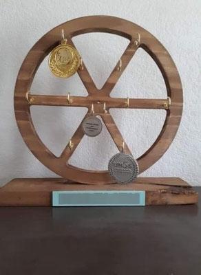 Roue porte-médailles en bois de récup'