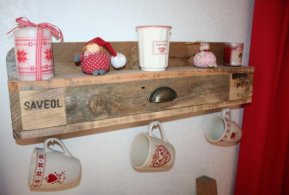Etagère mugs en bois de palette