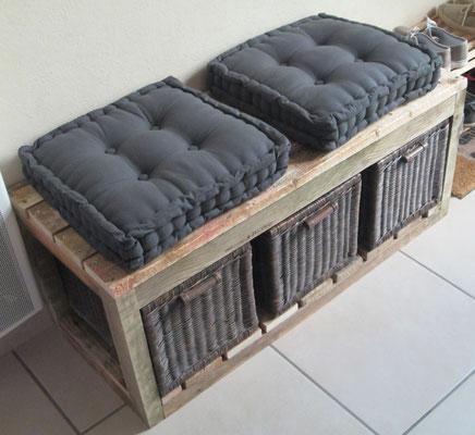 Banc en bois de palette et ses panières en osier