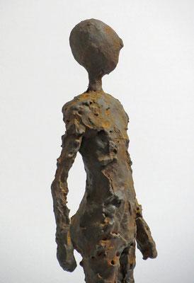 Figur aus Pappmache mit Eisenpatina  (Detail) - montiert auf Sockel aus geölter Eiche - Größe ca. 38 cm  - ohne Titel -verkauft-
