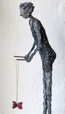 Figur aus Pappmache (Detail) - montiert auf Sockel aus geölter Eiche- Größe ca. 44 cm  -  Titel: Diabolo spielen -verkauft-