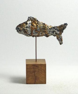Fisch-Skulptur aus Pappmache mit Schellack - montiert auf geölten Sockel aus Eiche- Länge : ca. 12 cm, Höhe ca: 15 cm- ohne Titel