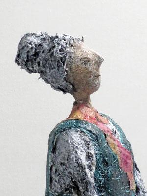 Figur aus Pappmache  - montiert auf geölten Sockel aus Eiche - Größe ca. 47 cm  - Titel: Das Urlaubsfoto
