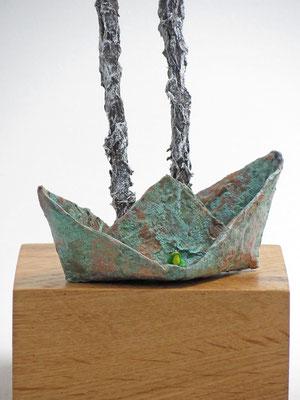 Skulptur aus Pappmache mit Kupferpatina, Frosch und Boot - montiert auf geölten, gebeizten Sockel aus Eiche - Größe ca. 45 cm  - Titel: Ja, wen haben wir denn da? -verkauft-