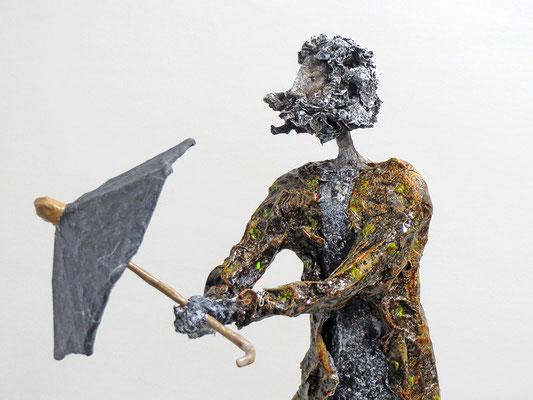 Skulptur aus Pappmache  - montiert auf geölten Sockel aus Eiche - Größe ca. 46 cm  - Titel: Spaziergang im Regen