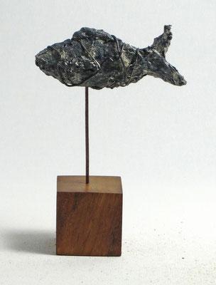 Fisch-Skulptur aus Pappmache mit Patina - montiert auf geölten Sockel aus Eiche- Länge : ca. 9 cm, Höhe ca: 14 cm- Titel: Fischstäbchen -verkauft-