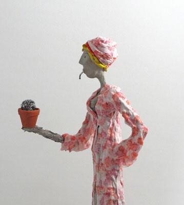 Große, aufwändig  gestaltete Skulptur aus Pappmache - montiert auf geölten Sockel aus Eiche - Größe ca. 76 cm  - Titel: Concierge mit Kaktus