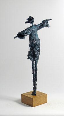 Skulptur aus Pappmache mit Bronzepatina - montiert auf geölten Sockel aus Eiche - Größe ca. 46 cm  - Titel: Wind genießen -verkauft-