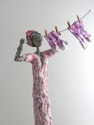 Große, aufwändig gestaltete, skurrile  Skulptur aus Pappmache - montiert auf geölten Sockel aus Eiche - Größe ca. 76 cm  - Titel: Florentine ihre Schlüpfer