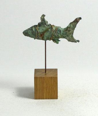 Fisch-Skulptur aus Pappmache mit Kupferpatina - montiert auf geölten Sockel aus Eiche -  Titel:Fischstäbchen