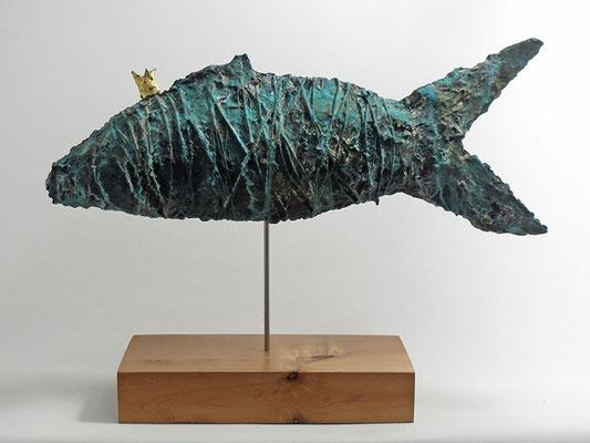 Große Fisch Skulptur aus Pappmache mit Bronzepatina - montiert auf geölten Sockel aus Vogelaugenahorn - Länge ca. 53 cm  - Titel: alter Königsfisch