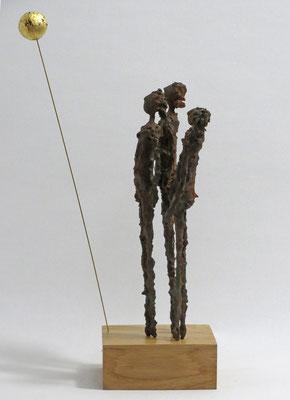 Skulpturengruppe aus Pappmache mit Eisenpatina und Blattgold, 24 Karat - montiert auf Sockel aus geölter Eiche - Größe der Skulptur: ca. 40 cm bis zum Mond, Größe der Figuren ca. 26 cm- Titel: Vollmond -verkauft-