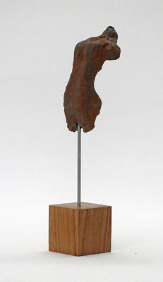 Miniatur-Torso aus Pappmache mit rostiger Eisenpatina - Größe ca: 19 cm - ohne Titel