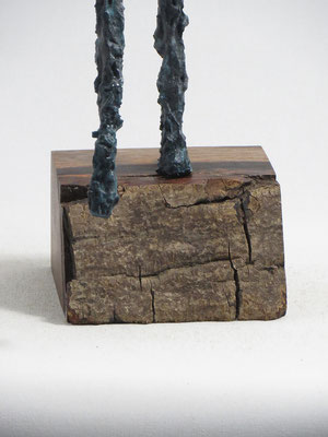 Skulptur aus Pappmache mit Bronzepatina - montiert auf geölten Sockel aus französischem Nussbaum - ca. 42 cm (Figurhöhe), 52 cm (Ballonhöhe)  - Titel: Der silberne Ballon -verkauft-