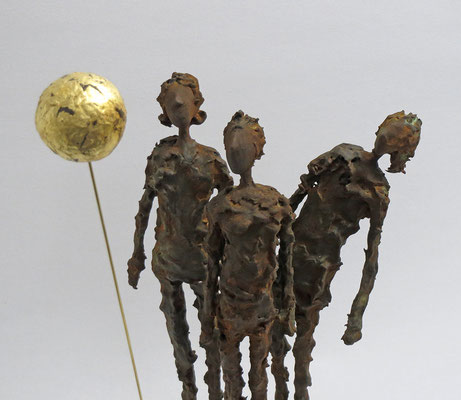 Skulpturengruppe aus Pappmache mit Eisenpatina und Blattgold, 24 Karat  (Detail) - montiert auf Sockel aus geölter Eiche - Größe der Skulptur: ca. 40 cm bis zum Vollmond, Größe der Figuren ca. 26 cm- Titel: Vollmond -verkauft-